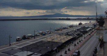 Το λιμάνι της Καλαμάτας με το γερανό στο βάθος δεξιά