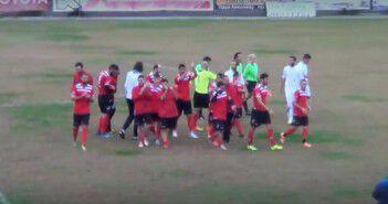 Οι παίκτες του Τσικλητήρα αποχωρούν από το γήπεδο του Μεσσηνιακού μετά το νικηφόρο αποτέλεσμα
