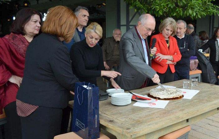 O Πρόεδρος του Συλλόγου Μιχ. Γαβράς, πλαισιωμένος από μέλη του Δ.Σ. κόβει την πίτα
