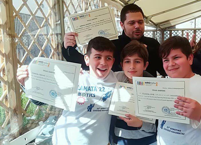 Ο καθηγητής Πληροφορικής Κ. Μαθιόπουλος με τους βραβευθέντες μαθητές του 22ου Δ.Σ. Καλαμάτας