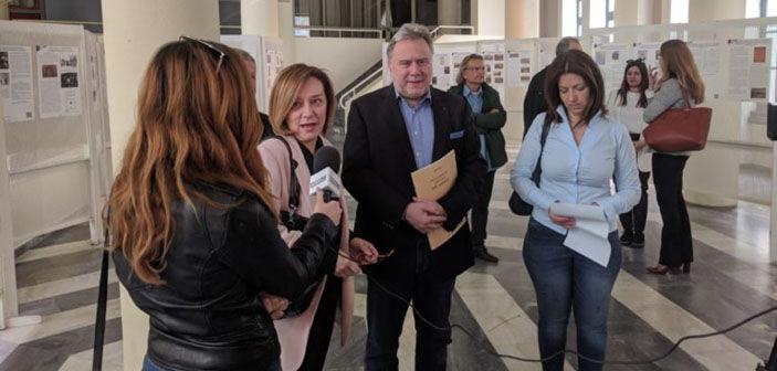 Ο αν. υπουργός Γ. Κατρούγκαλος, με την  πρόεδρο του Εφορευτικού Συμβουλίου της Δημόσιας Κεντρικής Βιβλιοθήκης Καλαμάτας Στέλλα Καρλαύτη και την Διευθύντρια της Βιβλιοθήκης Νινέτα Σωτηράκη