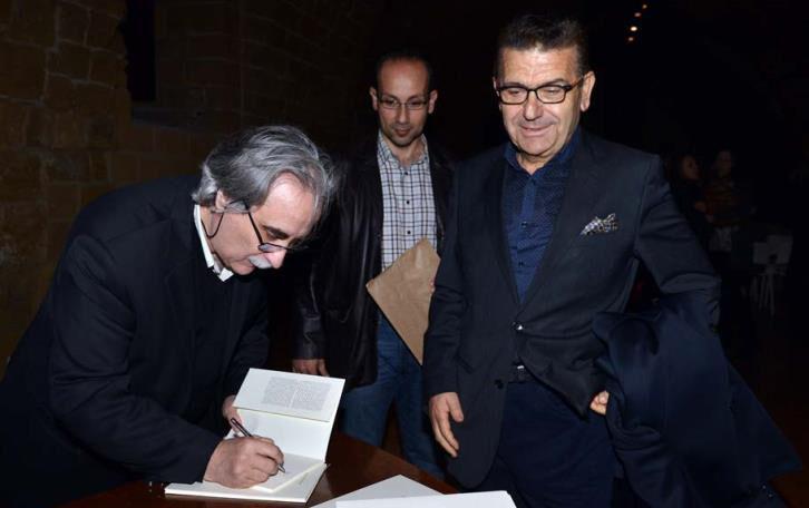 Ο Πρύτανης Κ. Γουλιάμος, υπογράφει βιβλίο της Ποιητικής Συλλογής του