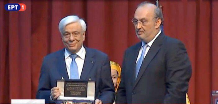 Ο Δήμαρχος Τριφυλίας Παναγιώτης Κατσίβελας με τον Πρόεδρο της Δημοκρατίας Προκόπη Παυλόπουλο να κρατά την τιμητική πλακέτα που του επέδωσε με την ανακήρυξή του ως επίτιμο Δημότη