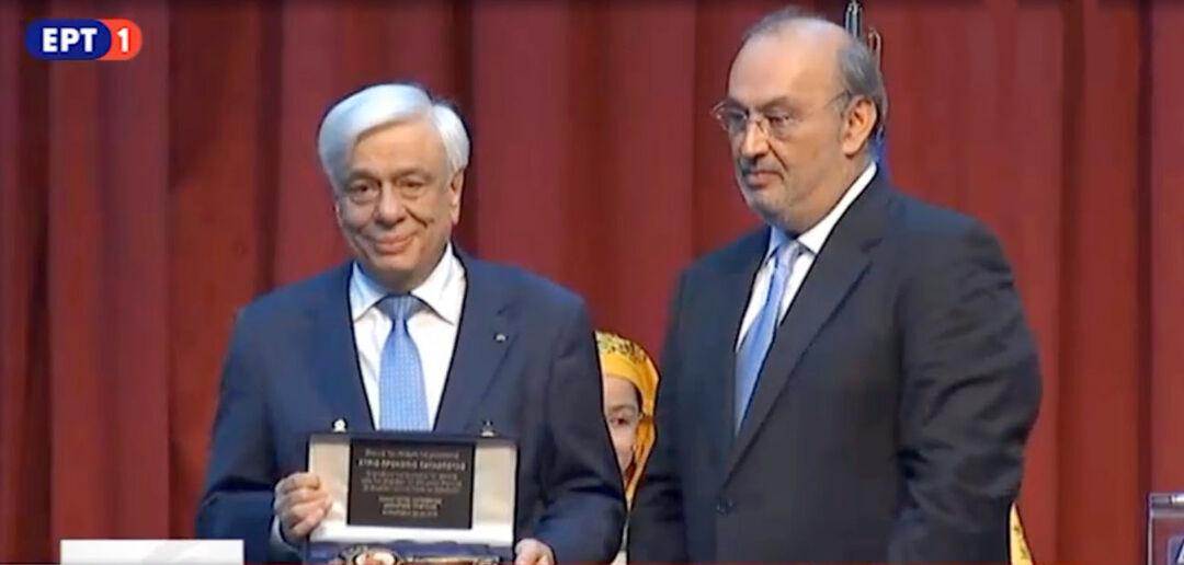 Ο Δήμαρχος Τριφυλίας Παν. Κατσίβελας με τον Πρόεδρο της Δημοκρατίας Πρ. Παυλόπουλο να κρατά την τιμητική πλακέτα που του επέδωσε με την ανακήρυξή του ως επίτιμο Δημότη