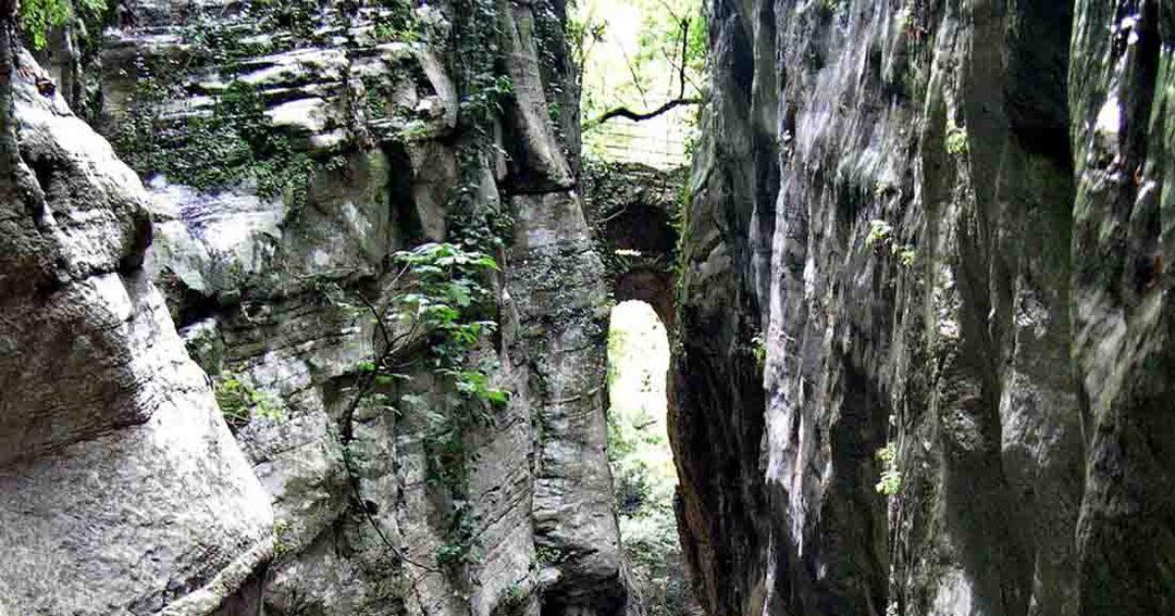 Το πέτρινο Πηγαδιώτικο γεφύρι με τα δύο τόξα, το ένα πάνω από το άλλο, ενώνοντας τις όχθες του φαραγγιού