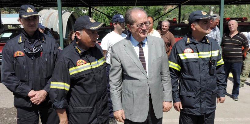 Ο Δήμαρχος Π. Νίκας, με τον Διοικητή της Πυροσβεστικής Υπηρεσίας Καλαμάτας, Πύραρχο Κων. Θεοφιλόπουλο και άλλους αξιωματικούς της Υπηρεσίας