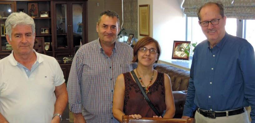 Ο Διευθυντής των υπηρεσιών του Δήμου Β. Τζαμουράνης, ο αντιδήμαρχος Α. Καραγιάννης, η εκπρόσωπος της αναδόχου εταιρείας και ο Δήμαρχος Π. Νίκας, μετά την υπογραφή της σύμβασης