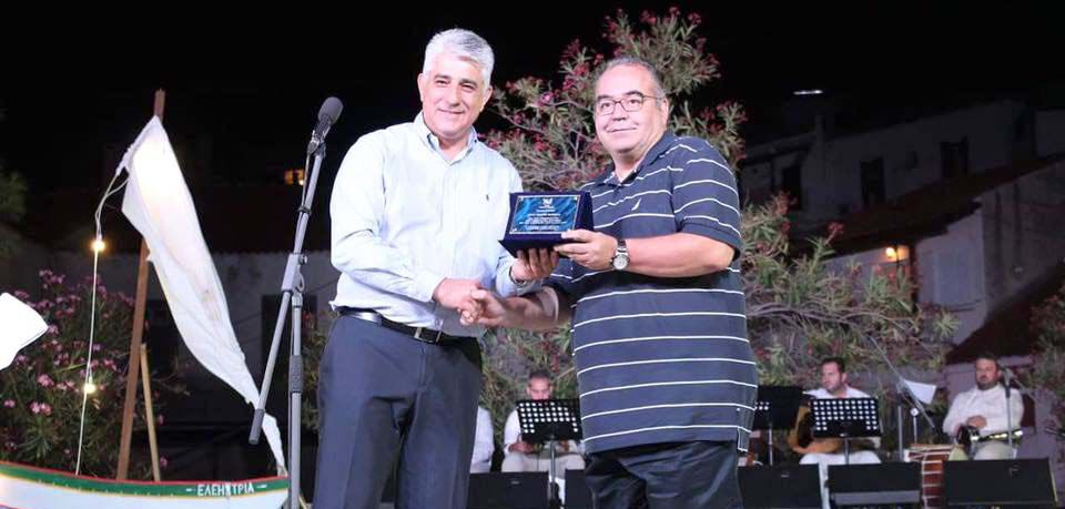 Ο Δήμαρχος Πύλου Δημήτρης Καφαντάρης τιμά τον Κορωναίο Γευσιγνώστη Γιάννη Καρβέλα