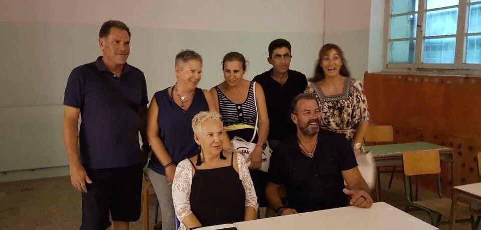 Οι δίδυμες Μαρία και Κατερίνα (πίσω της) Οικονομάκου με παλιούς συμμαθητές και συμμαθήτριες ξανακάθισαν στα θρανία