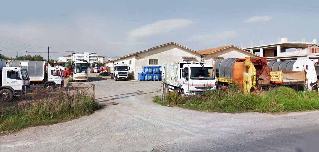Οι παλιές αποθήκες του ΑΣΟ στη Μεσσήνη (στο δρόμο προς Πύλο), το προάυλιο των οποίων λειτουργεί ως αμαξοστάσιο (απορριμματοφόρων κατά κανόνα) του Δήμου