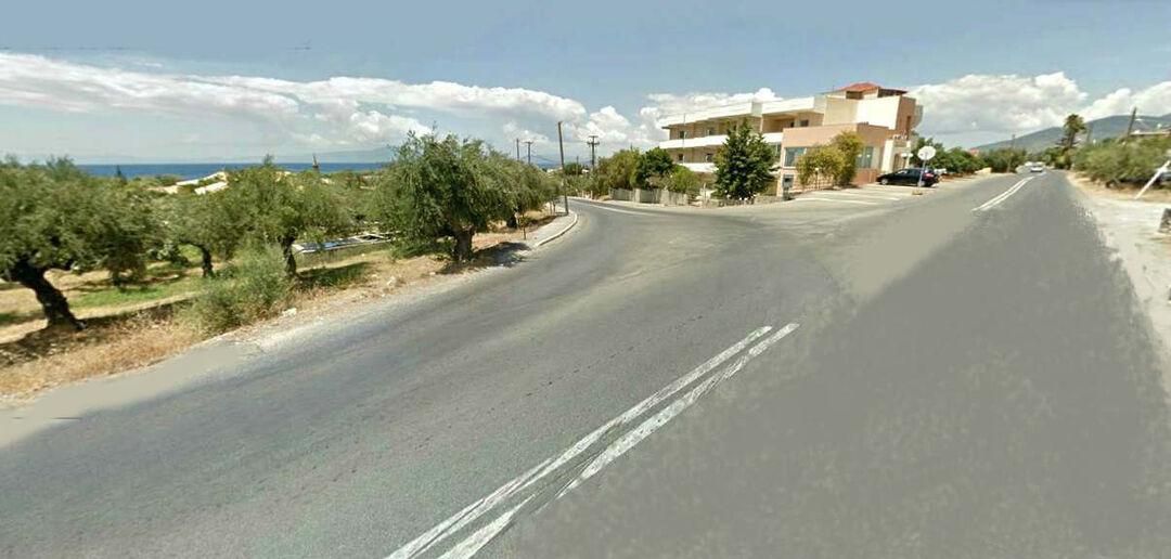 Η συμβολή της οδού Ναυαρίνου με την επαρχιακή οδό προς Αρεόπολη, όπου θα κατασκευαστεί ισόπεδος οδικός κόμβος
