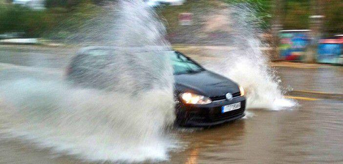 Αυτοκίνητα κινούνται με δυσκολία μετά από ισχυρή βροχόπτωση που σημειώθηκε στην πόλη του Ναυπλίου, Κυριακή 6 Μαΐου 2018. Αρκετές οδοί πλημμύρισαν και με δυσκολία κινήθηκαν τα αυτοκίνητα. ΑΠΕ-ΜΠΕ/ ΑΠΕ-ΜΠΕ/ ΜΠΟΥΓΙΩΤΗΣ ΕΥΑΓΓΕΛΟΣ